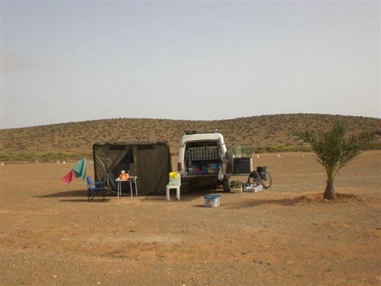 Moederziel alleen kamperen bij Fort Bou Jerif.