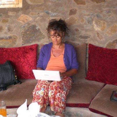 Voorvertoning Aan het werk op de laptop om ons reisverslag te schrijven.
