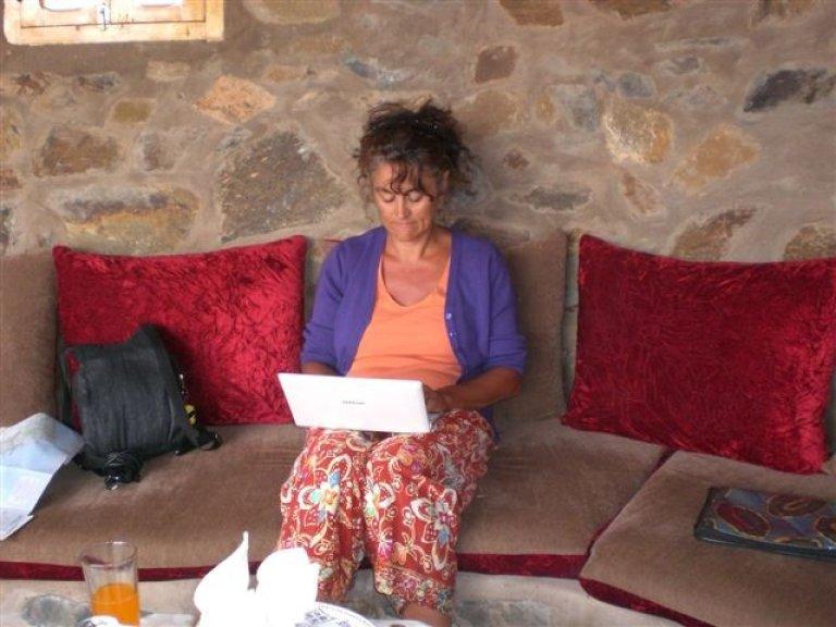 Aan het werk op de laptop om ons reisverslag te schrijven.