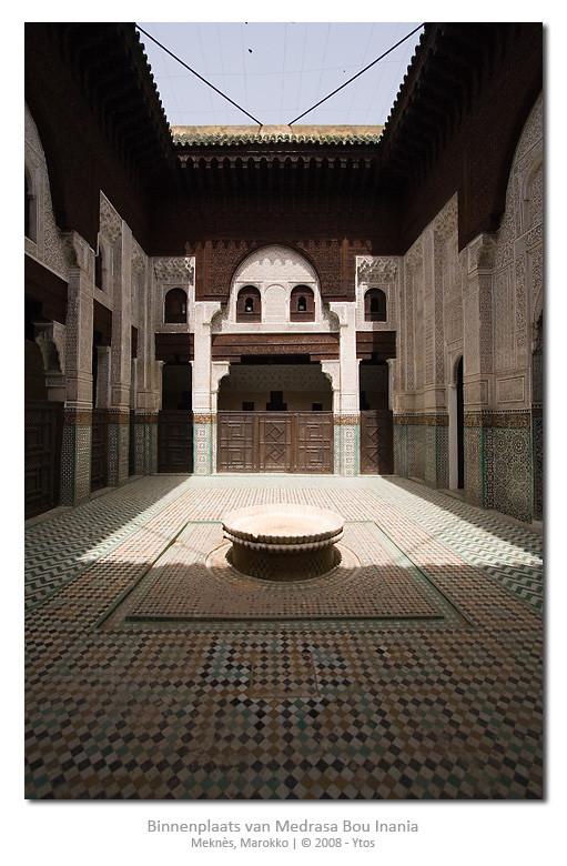 Medrasa Bou Inania, een Koranschool uit de 14e eeuw; de combinatie van donkerbruin houtsnijwerk, wit gedecoreerd gips, gesneden friezen en typisch Marokkaans zellij mozaïek tegelwerk vind ik elke keer dat ik het zie mooier worden...