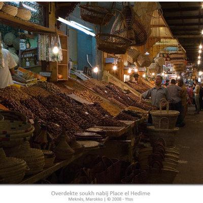 Voorvertoning De overdekte markt nabij Place el Hedime staat vol met allerhande eten en gebruiksvoorwerpen