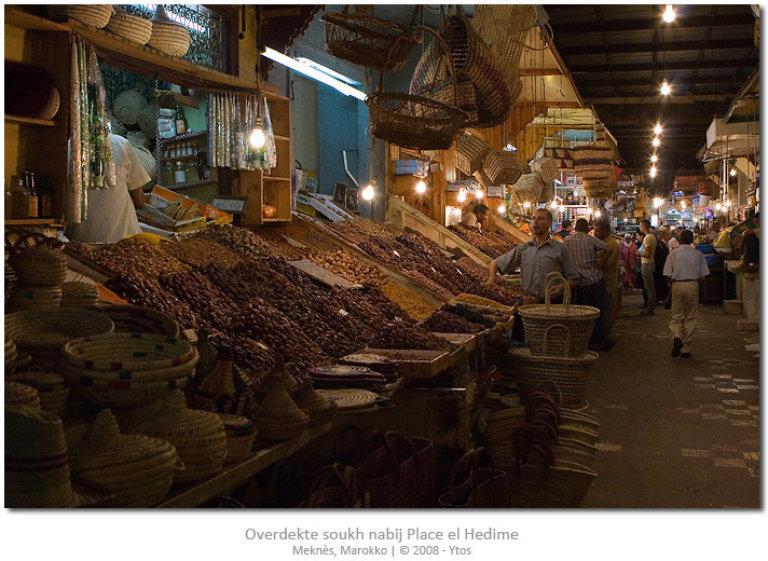 De overdekte markt nabij Place el Hedime staat vol met allerhande eten en gebruiksvoorwerpen