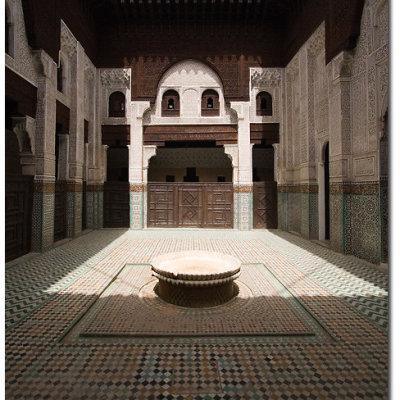 Voorvertoning Medrasa Bou Inania, een Koranschool uit de 14e eeuw; de combinatie van donkerbruin houtsnijwerk, wit gedecoreerd gips, gesneden friezen en typisch Marokkaans zellij mozaïek tegelwerk vind ik elke keer dat ik het zie mooier worden...