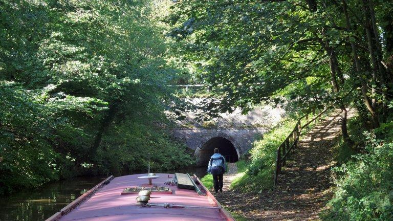 De tunnel verkennen op mogelijke tegenligger