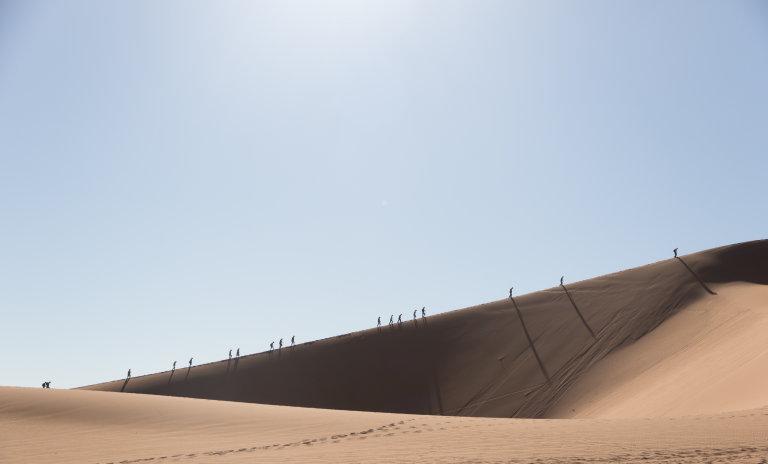 Meer dan 350 meter stijgen in de brandende zon door rul zand.