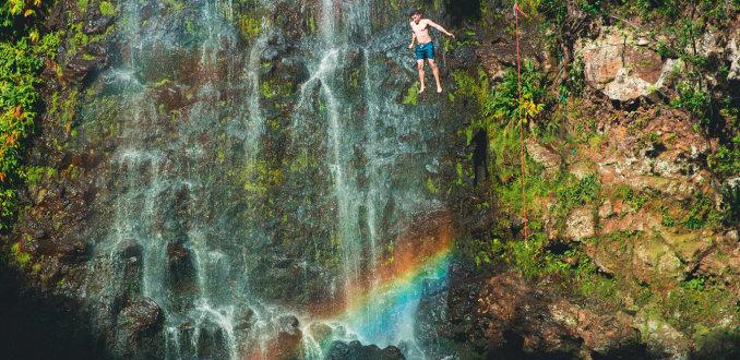 Nieuwe trend: Waterfall jumping. Durf jij het aan?