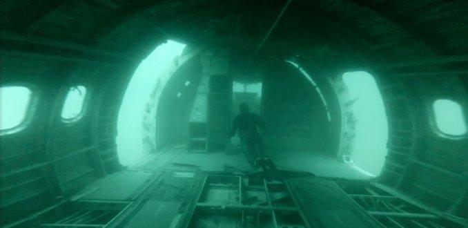 Video: freedivers duiken naar vliegtuigwrak
