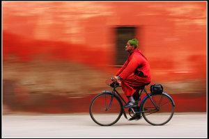 rode muur groene muts