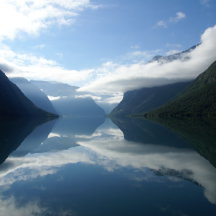 gletsjermeer bij loen in noorwegen