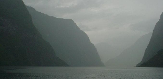 Fjord in de mist