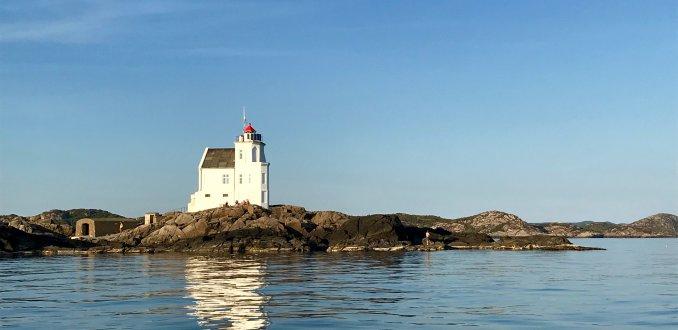 Søndre Katland lighthouse voor de kust bij Farsund