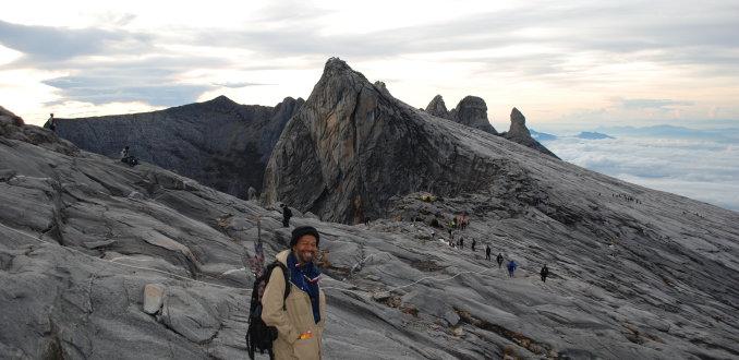 Lachende gids op de mount Kinabalu