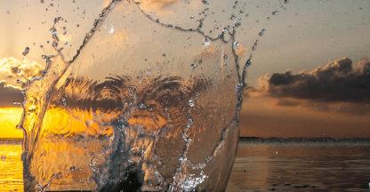 Waterplons voor zonsondergang