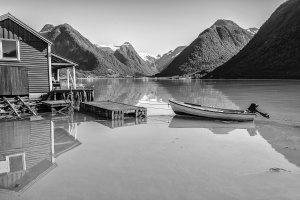 Fjord reflectie in zwart-wit