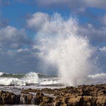 Het beuken van de golven op de rotsen van Oualidia
