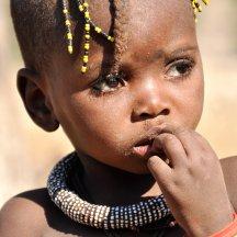 Erg verlegen Himba meisje.