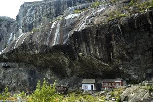 huisjes onder rots
