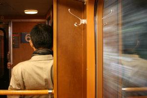 man in rijdende trein
