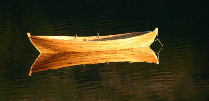 gouden avondgloed over een kano