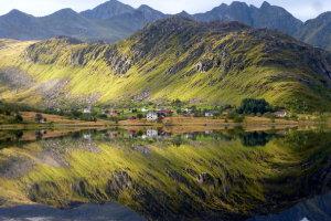 Spiegeling in fjord