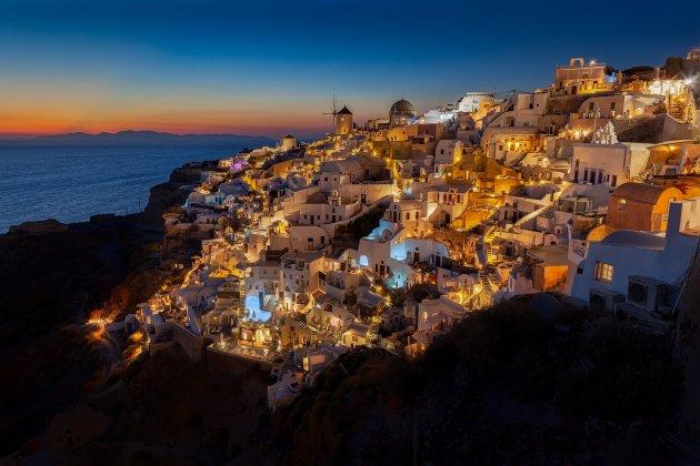 Klassieke shot van Santorini na zonsondergang