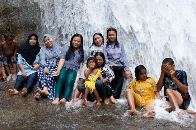 Met locals onder de waterval