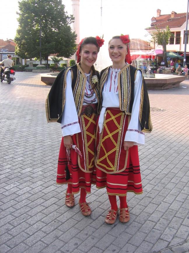 meiden in traditionele kledij