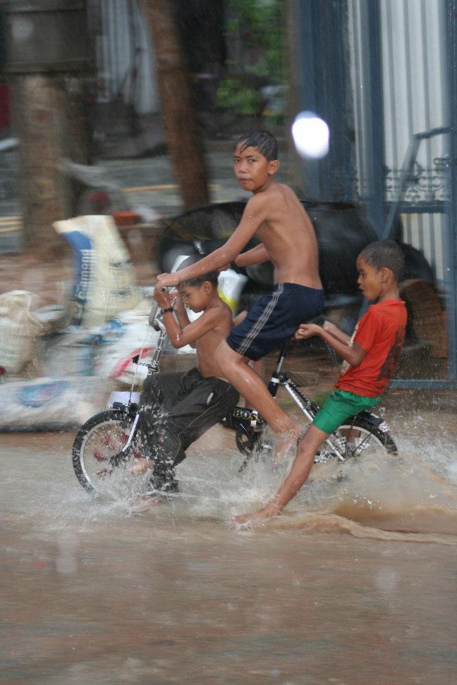 kinderen in de regen