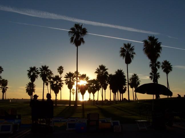 Straatartiesten tijdens zonsondergang Venice Beach