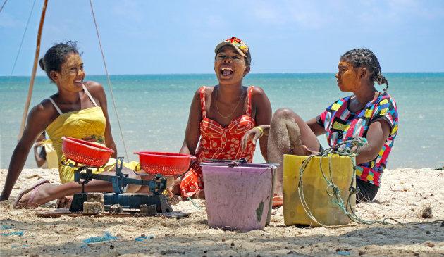 Vrolijke visvrouwen in Mangily