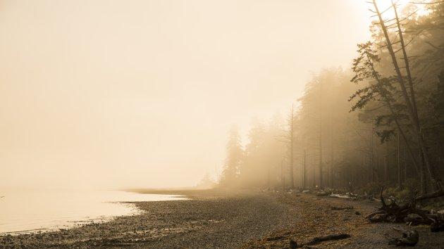 Prachtige zonsopkomst bij Rathtrevor Beach PP nabij Parksville