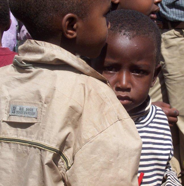 kindje bij een schooltje