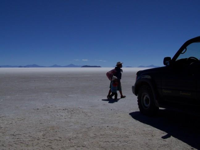 Locals op de zoutvlakte van Uyuni