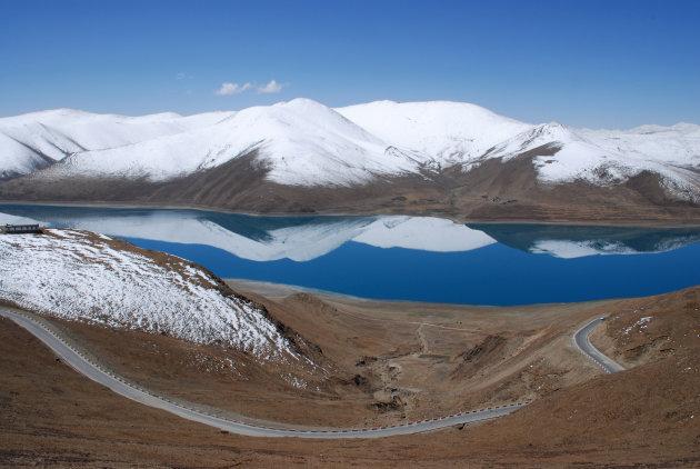 Tibet, Yamdrok Tso. De stilte weerspiegelt