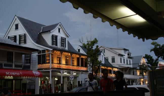 Paramaribo in avondlicht