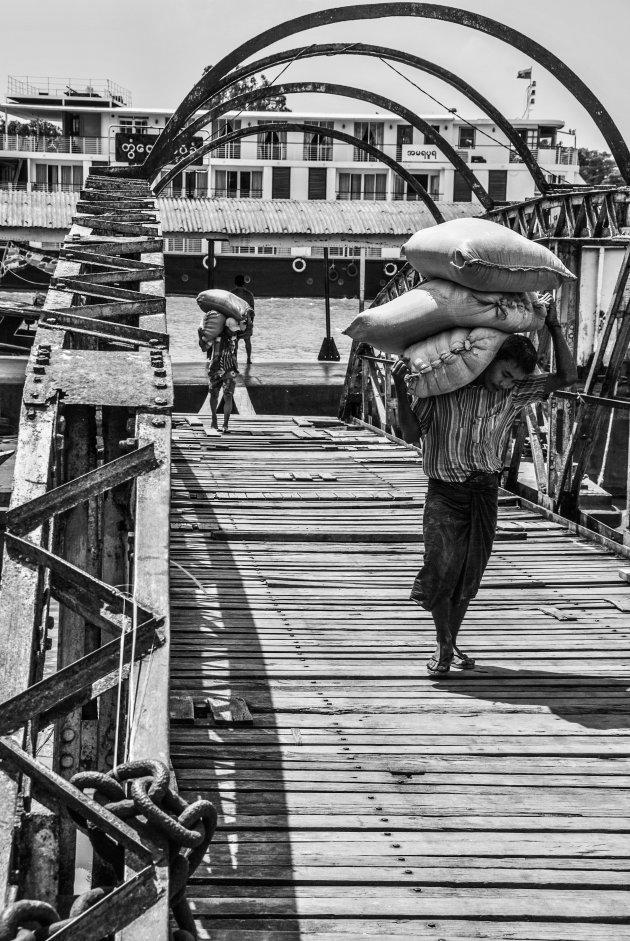 Havenarbeiders bij de kleine aanleghaven van Twantay