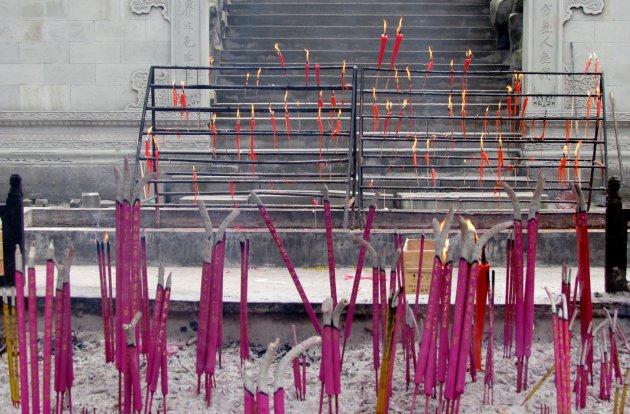 wierook en kaarsen in de Po Lun Tempel