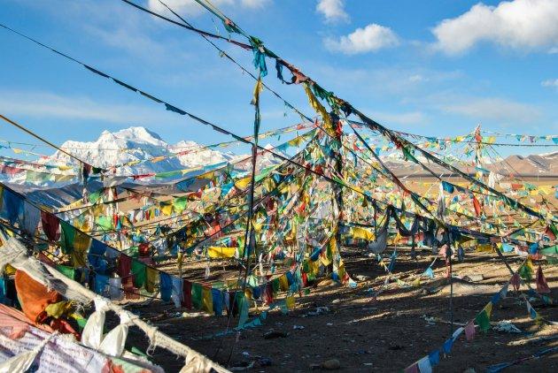 Gebedsvlaggenparade in Tibet