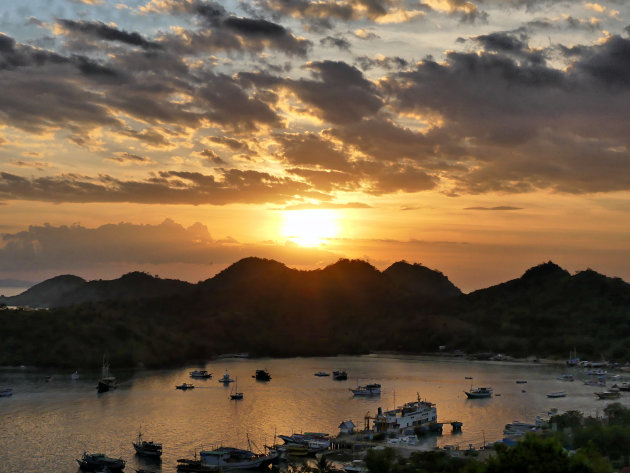 Labuan Bajo bij zonsondergang