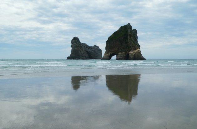 Brede stranden en knappe rotsformaties