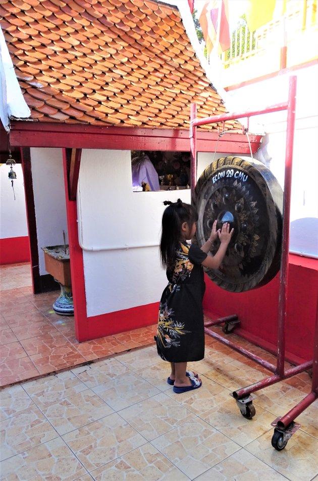 Geluid maken op de gong.