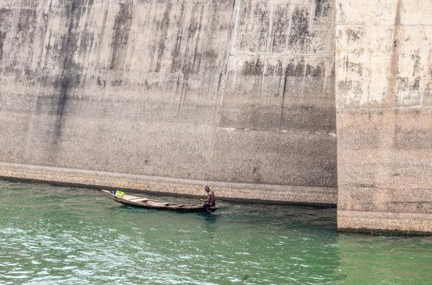 Visser bij de Akossombo dam