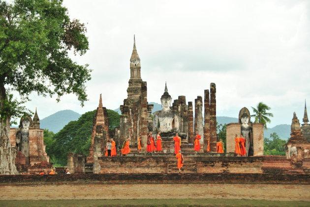 Oranje gewaden bij het monument in Sukhothai