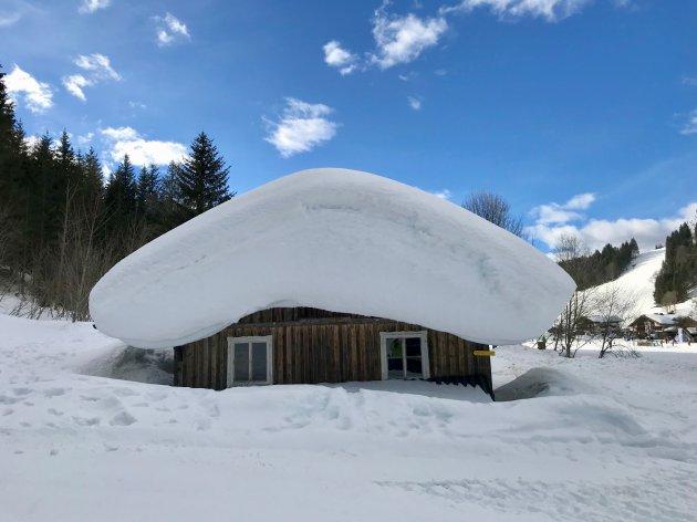 Een berg sneeuw in Oostenrijk