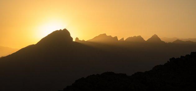 Zonsondergang over het Hadjar gebergte