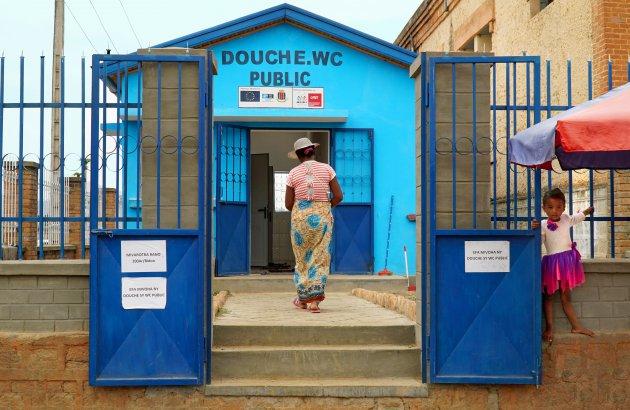 Naar het badhuis in Fianarantsoa