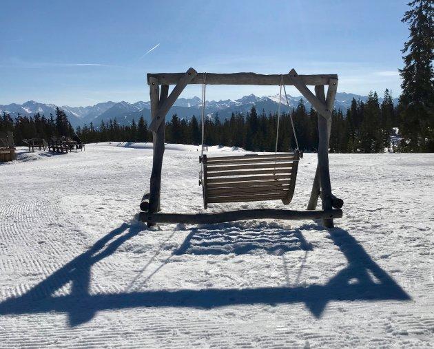 In de sneeuw genieten van de zon