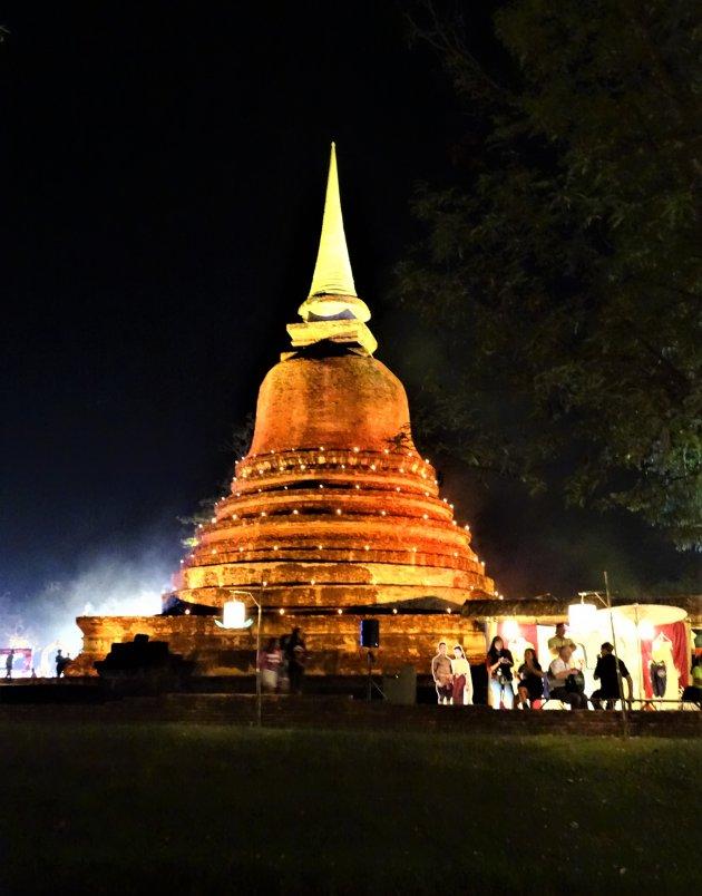 Avond opname Historisch park Sukhothai.