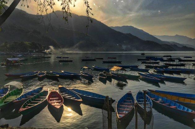 Phewa lake met kleurrijke bootjes