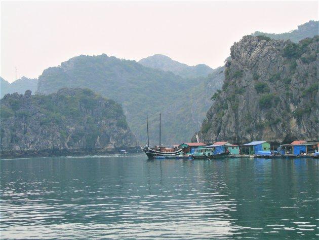 Drijvende vissershuisjes.